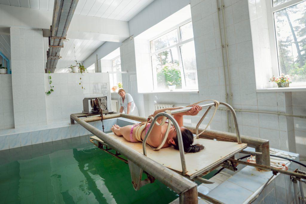 Підводне витягування хребта в санаторії